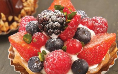 MIXED BERRY TARTLET WITH PISTACHIO AND PINK PEPPERCORNS
